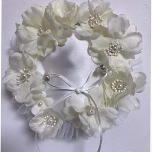 ウエディング リングピローを飾る花
