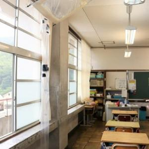 大山崎町 老朽化の小学校 天井から机に雨水が 町は改修の意向も議会と対立 整備進まず─京都新聞より