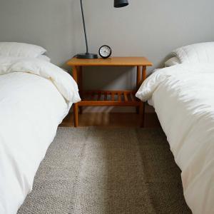 寝室に無印の手織ラグ。
