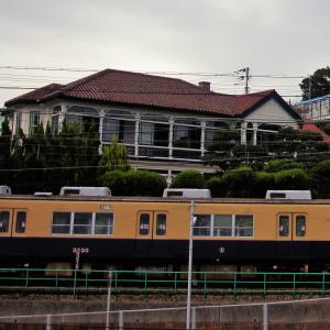 塩屋異人館「ジェイコブ邸?」の横を走る電車を久々に撮ってみた