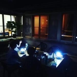 暗闇の裏庭パーティー