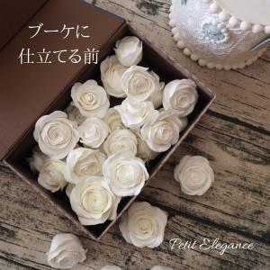 真っ白な薔薇だけのブーケを制作中!
