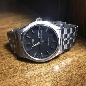 豊岡クラフトのウオッチスタンド(SC81)でグランドセイコーを置き時計に