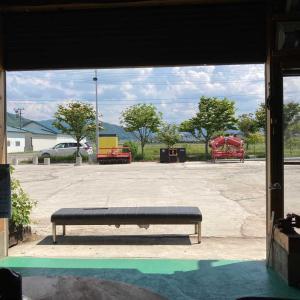 こんな💦暑い日でも、貨車天井のペンキ塗り!