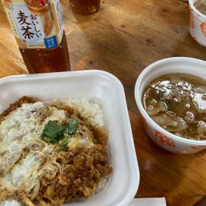 今日のランチ 安田君と千賀ちやんからカツ丼と豚汁^ - ^