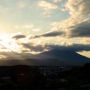 緑濃い山、吹き渡る風