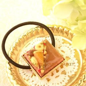 「オレンジショコラナッツケーキ」と「イチゴムースショコラケーキ」のヘアゴム2種