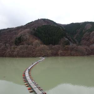 浮き橋を渡り三頭山へ。