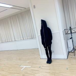 【画像】AKB48のレッスン場にこわいひとがいる!!【武藤十夢】