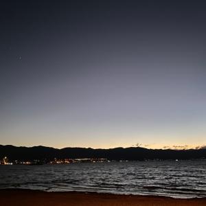 諏訪湖の夜〜間欠泉が七色に噴出したあ〜♪