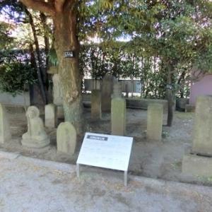郷土資料館前庭の石仏(前列)
