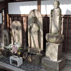 永安寺門前の石仏<左側>(世田谷区大蔵)