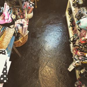 お店の床のペンキ塗り