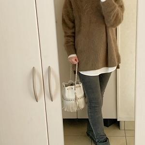 【コーデ】 今年らしいサイズ感のふわふわニット+旬顔ロンT