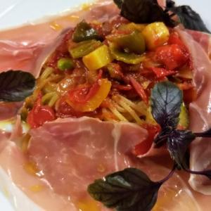 イタリア パルマ産生ハムと夏野菜のパスタ