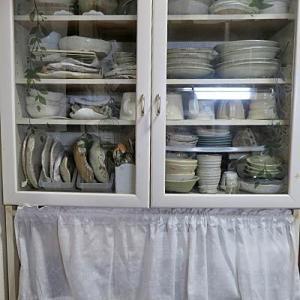 我が家の食器棚、処分してるのにまだ多いです・・・♪