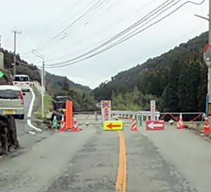 八女市星野村長尾地区の県道は現在も片側交互通行になっています