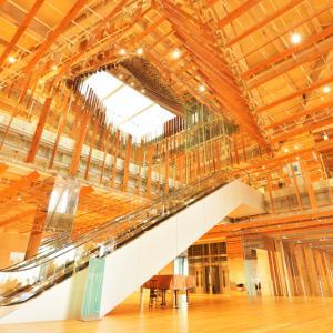 「ガラスの街とやま」と称される富山県 富山市の中心地街のビルディングの中でひときわ目立つガラス美術館と市立図書館
