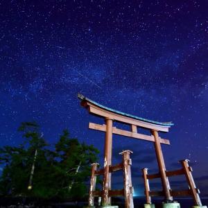 能登半島屈指の星空スポット「恋路(こいじ)海岸」の天の川と流れ星