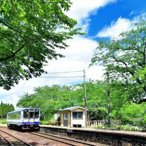 能登鹿島駅に広がる翡翠の回廊をのんびりと走るローカル線「のと鉄道」