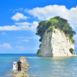 夏空に聳え立つ巨大な島 能登半島を代表する景観地「見附島(みつけじま)」