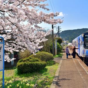 アニメ「花咲くいろは」の舞台にもなった西岸駅  「湯乃鷺駅」と花咲くいろはラッピング列車のコラボレーション