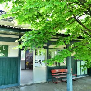 「花咲くいろは」の舞台にもなったレトロな駅舎「西岸(にしぎし)駅」で、まったりラッピング列車撮影