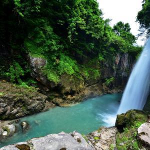 白山手取川ジオパークで人気の景観地「綿ヶ滝(わたがたき)」 マイナスイオンをたっぷり浴びながら、目の前に広がるダイナミックな滝をまったりトレッキング