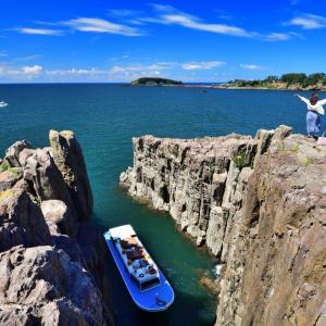 火曜サスペンス劇場でお馴染みの東尋坊(とうじんぼう)の絶景  夏色の空と東尋坊ブルーのちゅら海が織りなす大自然の芸術