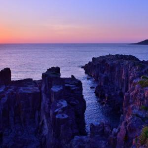 夕暮れのマジックアワーに彩られる断崖絶壁の名勝「東尋坊(とうじんぼう)」