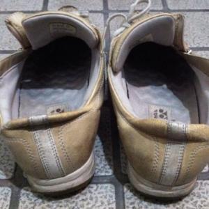 こんな靴で歩くなら裸足の方がマシ