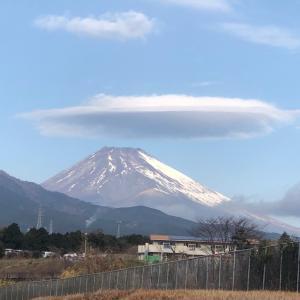 今朝の富士山も半分、白いです
