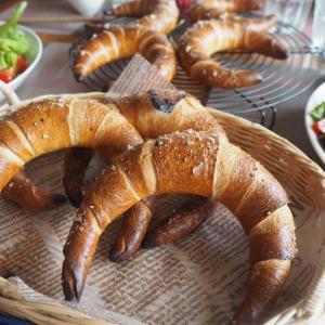 今日もクレセントロール&ショコラダマンドのレッスンと試作の桜パン