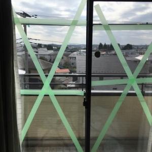 窓ガラスにテープ