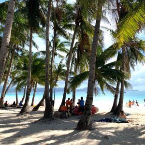 白砂のボラカイ島のビーチロードを散策