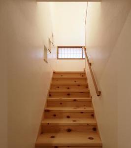 無垢の木と漆喰の階段