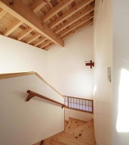無垢の木と漆喰の階段2