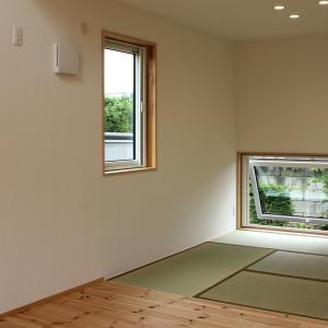 畳間に地窓。その先に植栽を。