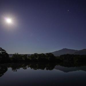 鳥海山のある風景(月夜の大潟溜池付近)