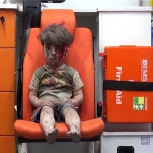 CNN  2016 大事件になった シリア・アレッポの 男の子 ホワイト ヘルメット