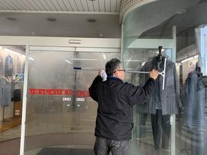 湿気で窓に水滴がついたのをコレ幸いと利用する