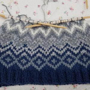編みこみ帽子を編んでいます。♯編み込み♯ハマナカ♯エクシードウールFL♯ハマナカロイヤルアルパカ♯編み物教室♯弁天手芸店♯前橋