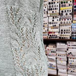 ヨーロッパの手あみからボーとネックのセーターを編みました。♯パピー♯アラビス♯ヨーロッパの手あみ♯編み物教室♯弁天手芸店♯前橋♯棒針編み♯かぎ針あみ♯アフガン編み♯レース編み♯ボタン♯レトロボタン♯アンティークボタン