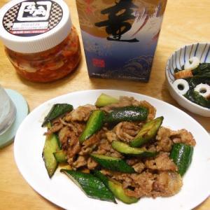 豚肉とキュウリの焼肉ダレ炒めと竹輪とわかめの酢の物で晩酌