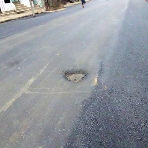 舗装工事後の道路の穴ぼこ