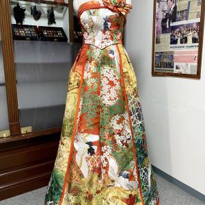 【新作着物ドレス紹介】芸術性溢れる色打掛を贅沢に使用、緑柄が独創的な着物ドレス