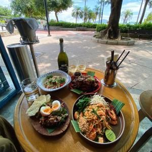 海辺で過ごす贅沢!超おしゃれ空間でタイ料理「Sip Song」