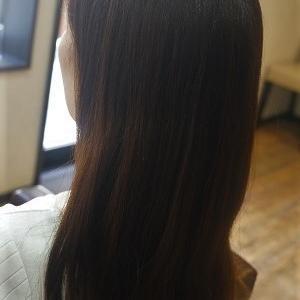 ロングヘアの縮毛矯正。うねり・膨らみを解消してストレートヘアに。