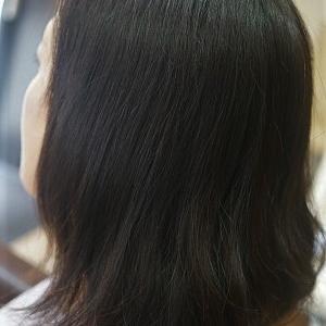 NOブローで乾かすだけでまとまる髪に。縮毛矯正でお手伝い。