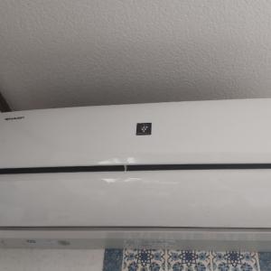 身代わりだからか!?エアコンの形をした壁掛け扇風機!